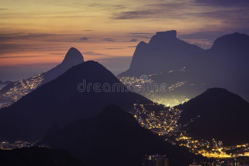 Tramonto sopra le montagne in Rio de Janeiro fotografie stock libere da diritti