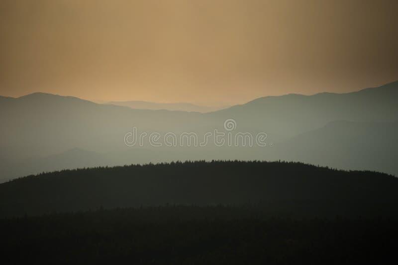 Tramonto sopra le montagne Sikhote-alin fotografie stock libere da diritti