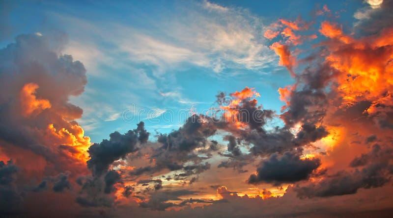 Tramonto sopra le nuvole tempestose fondo, sostituzione del cielo fotografie stock