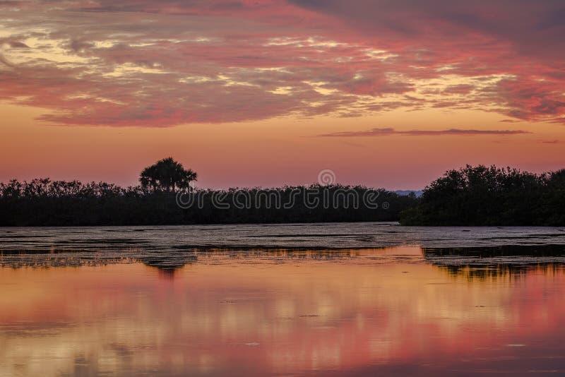 Tramonto sopra Merritt Island Wildlife Refuge acqua, Florida fotografia stock