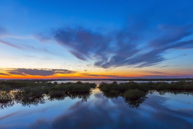 Tramonto sopra Merritt Island Wildlife Refuge acqua, Florida fotografie stock libere da diritti
