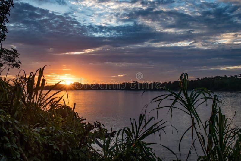 Tramonto sopra un fiume nella regione dell'Amazonas, Perù fotografia stock libera da diritti