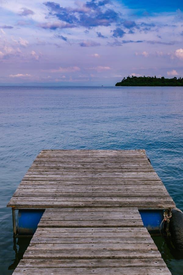Tramonto sopra un lago fotografia stock libera da diritti
