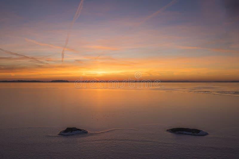 Tramonto sopra un lago di icey fotografia stock libera da diritti