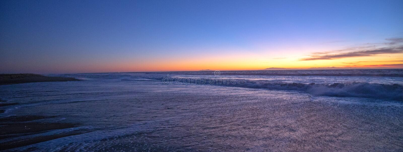 Tramonto sopra uscita di marea di Santa Clara River all'oceano Pacifico al parco di stato di McGrath sulla costa di California a  immagini stock libere da diritti