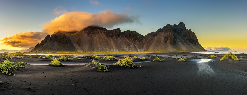 Tramonto sopra Vestrahorn e la sua spiaggia di sabbia nera in Islanda fotografia stock libera da diritti