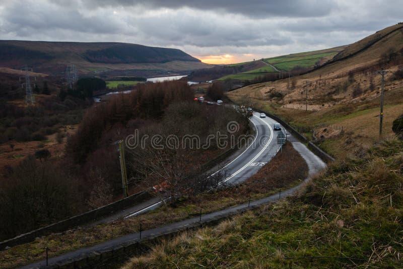 Tramonto sopra A628 a Woodhead nel parco nazionale di punta del distretto, Regno Unito immagini stock