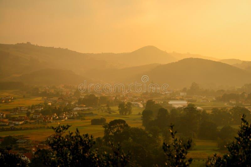 Tramonto spettacolare nella valle di Liendo, Cantabria, Spagna fotografie stock libere da diritti