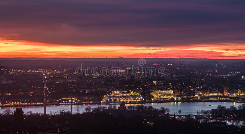 Tramonto spettacolare sopra la città di Stoccolma, Svezia immagine stock libera da diritti