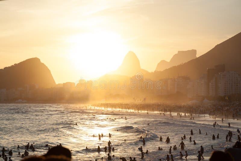 Tramonto in spiaggia di Copacabana immagini stock libere da diritti