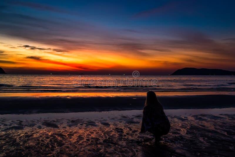 Tramonto in spiaggia di Pantai Tengah, Langkawi, Malesia immagine stock