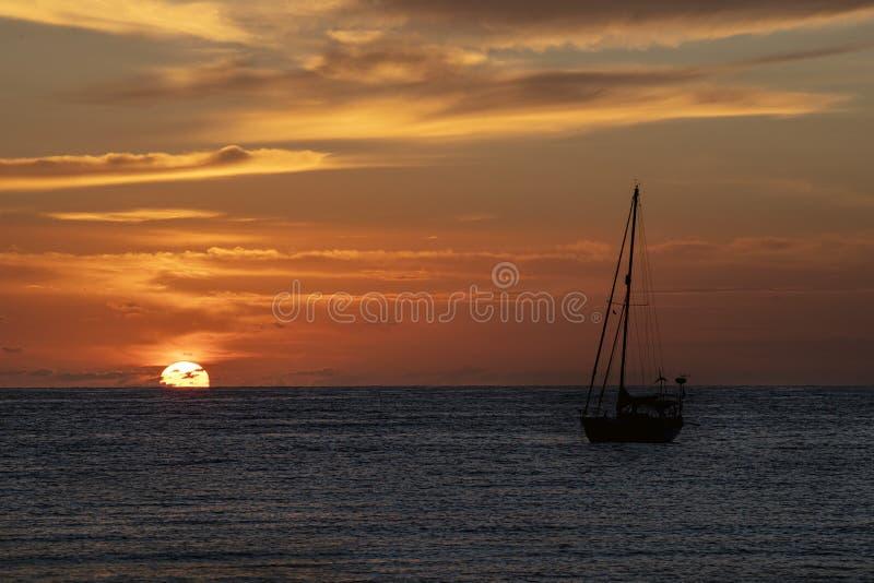 Tramonto in spiaggia di Polinesia francese della Tahiti immagine stock libera da diritti