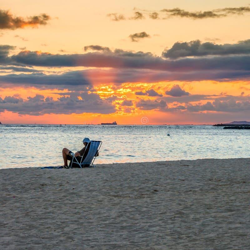 Tramonto in spiaggia di Waikiki - Honolulu fotografia stock