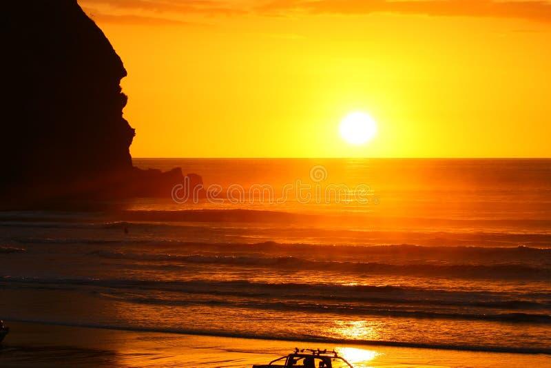 Tramonto splendido alla spiaggia di Piha immagine stock
