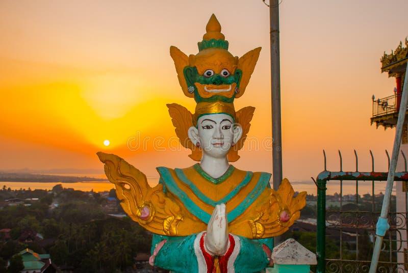 Tramonto statua Kyaik Tan Lan La vecchia pagoda di Moulmein Mawlamyine, Myanmar burma immagine stock libera da diritti