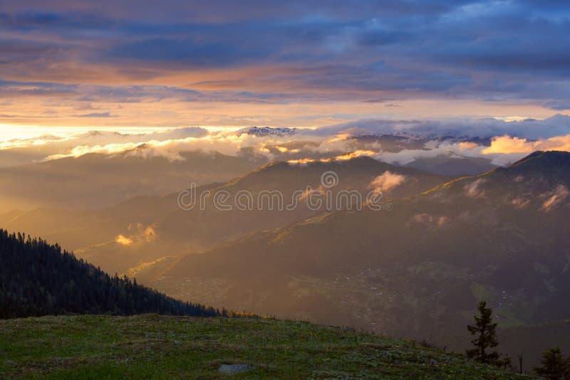 Tramonto stupefacente in montagne dopo la tempesta fotografie stock libere da diritti