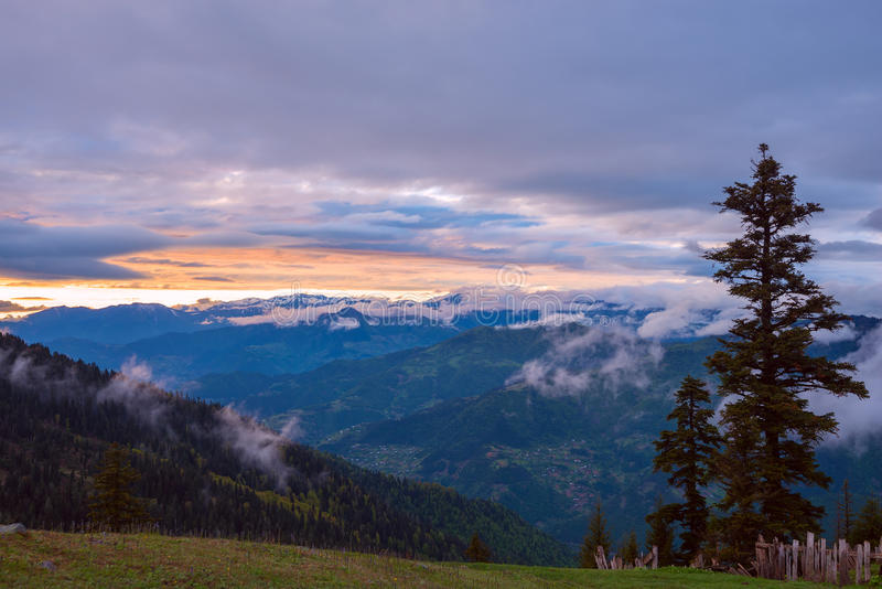 Tramonto stupefacente in montagne dopo la tempesta fotografie stock