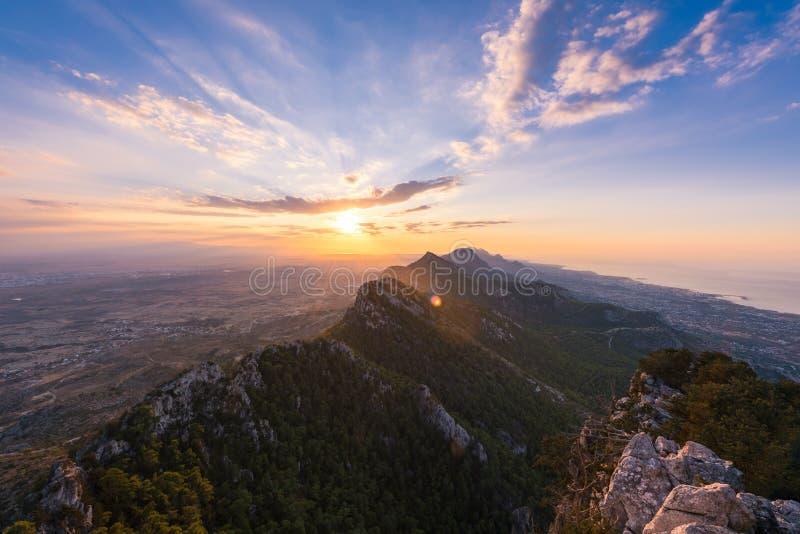 Tramonto stupefacente sopra la catena montuosa di Kyrenia immagini stock libere da diritti