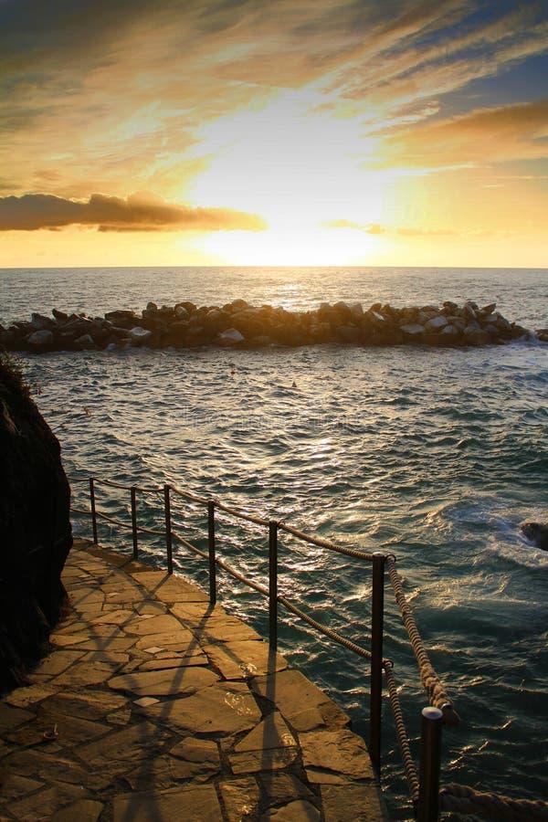 Tramonto stupefacente sopra la vista del mar Mediterraneo dal villaggio famoso di Manarola fotografia stock libera da diritti