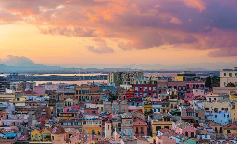 Tramonto su Cagliari, panorama aereo di vecchio centro urbano fotografie stock libere da diritti