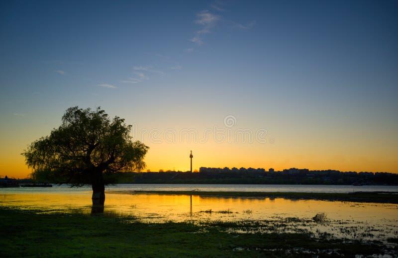 Tramonto su Danubio vicino alla città fotografia stock