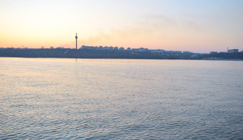 Tramonto su Danubio vicino alla città di Galati fotografia stock libera da diritti