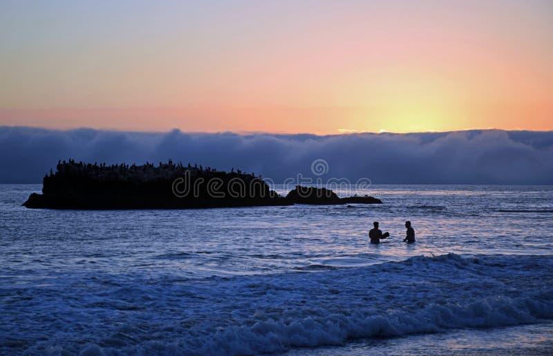 Tramonto su litorale sotto il parco in Laguna Beach, California di Heisler fotografie stock