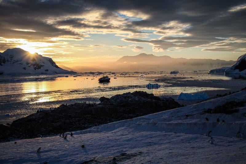 Tramonto su Neko Harbour, Antartide fotografia stock libera da diritti