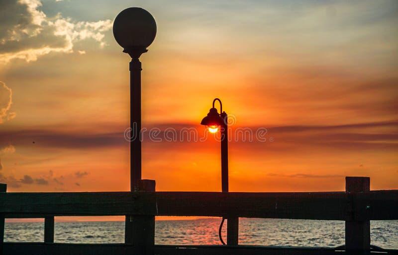 Tramonto su un pilastro sulle spiagge dei Caraibi immagine stock libera da diritti