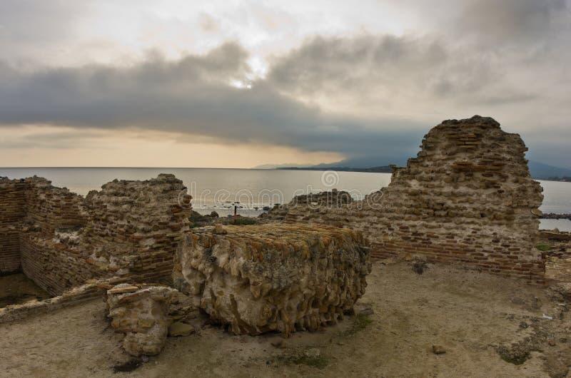 Tramonto su una spiaggia al sito archeologico di Nora, vicino alla città di Pola, isola della Sardegna fotografie stock