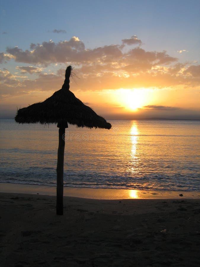 Tramonto su una spiaggia in Mallorca immagine stock libera da diritti
