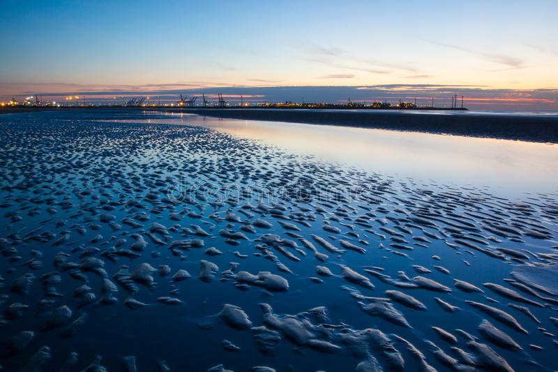 Tramonto su una spiaggia nel Belgio, fotografie stock