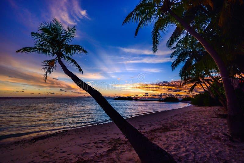 Tramonto su una spiaggia tropicale