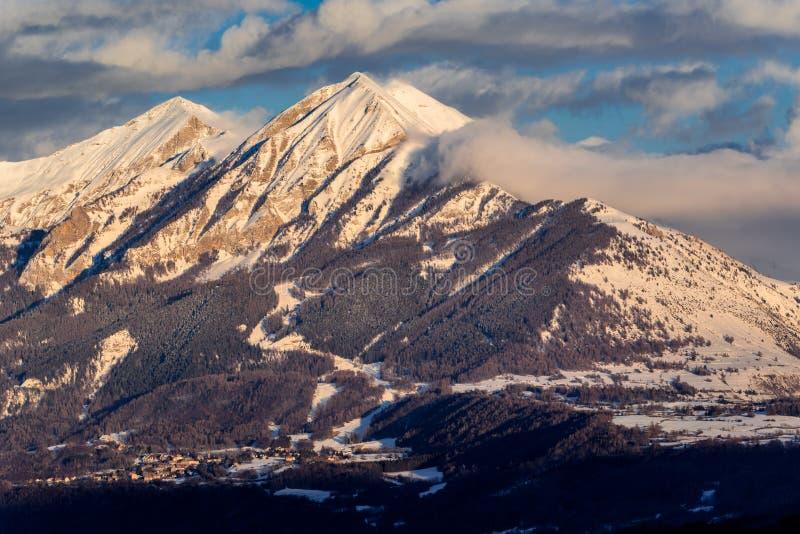 Tramonto sul Autane minuta e grande, Champsaur, alpi, Francia immagine stock