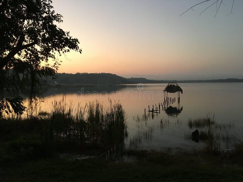 Tramonto sul EL Remate Guatemala del lago Peten Itza fotografia stock libera da diritti