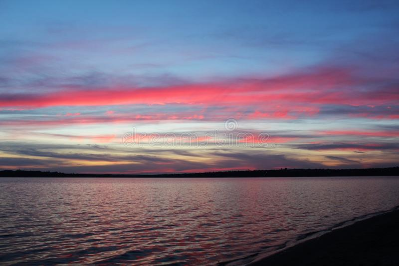 Tramonto sul fiume fotografie stock libere da diritti