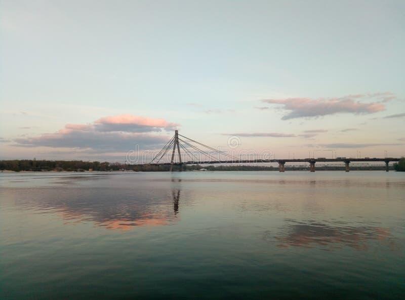 Tramonto sul fiume di Dnipro immagine stock