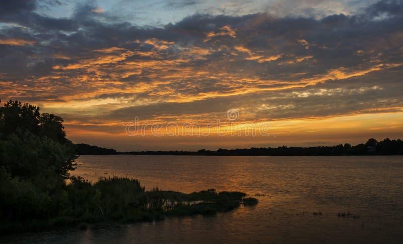 Tramonto sul fiume di Maumee immagini stock