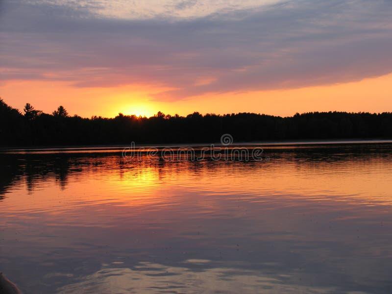 Tramonto sul lago immagini stock libere da diritti