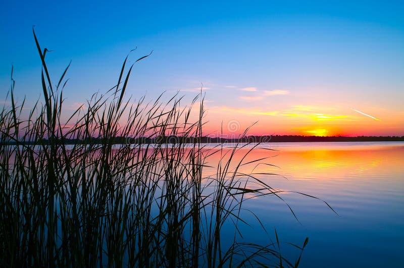 Tramonto sul lago fotografie stock
