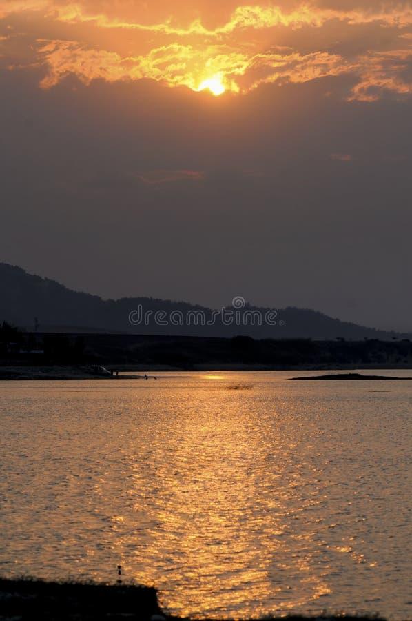Tramonto sul lago immagini stock