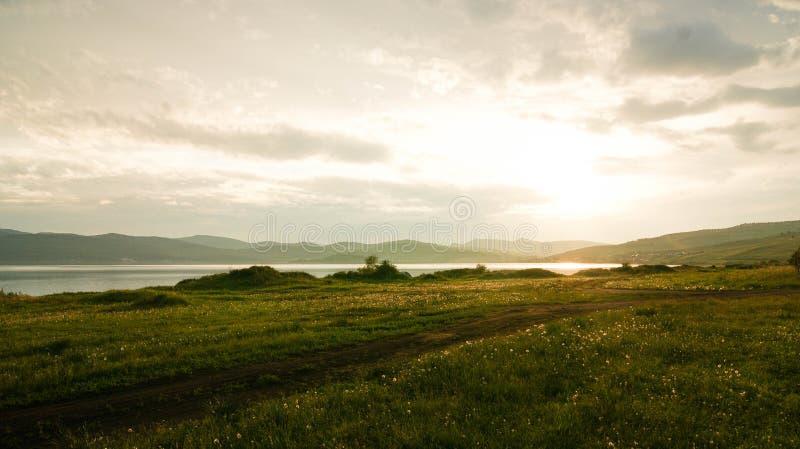 Tramonto sul lago fotografie stock libere da diritti