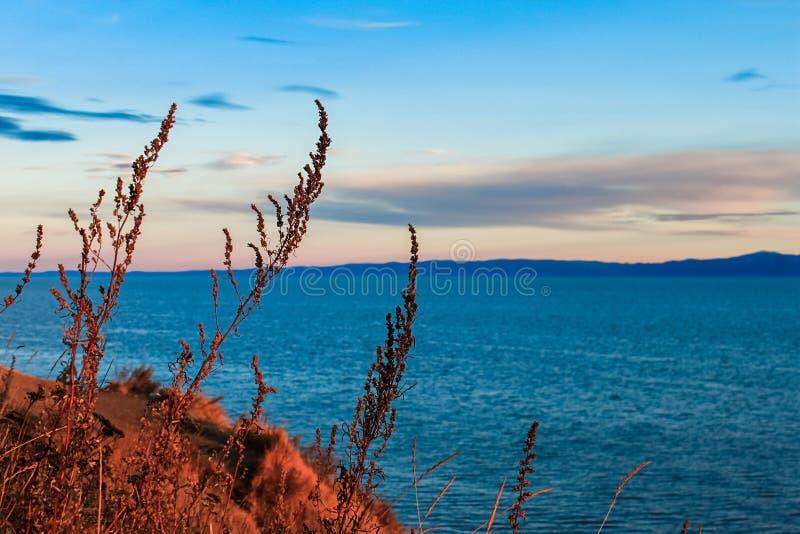 Tramonto sul lago Baikal Autunno fotografia stock