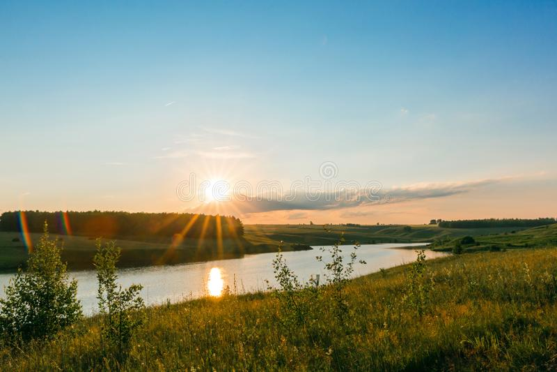 Tramonto sul lago Bello paesaggio pacifico immagine stock