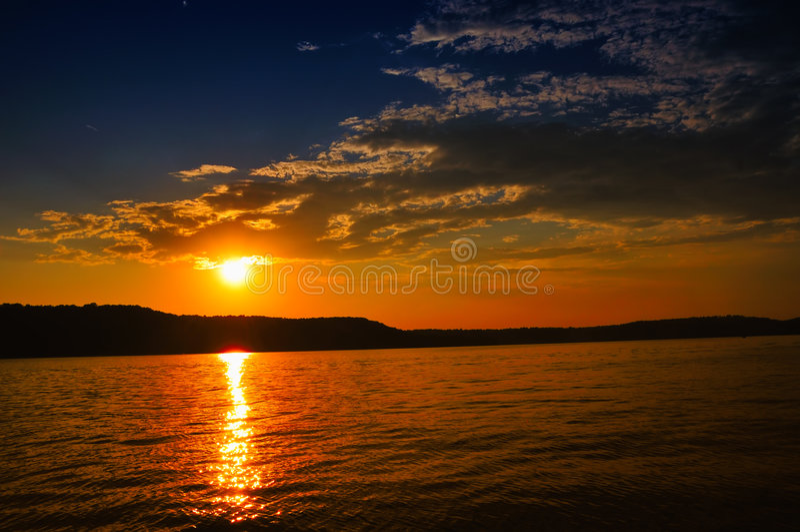 Tramonto sul lago Brookville, Indiana, S.U.A. immagine stock