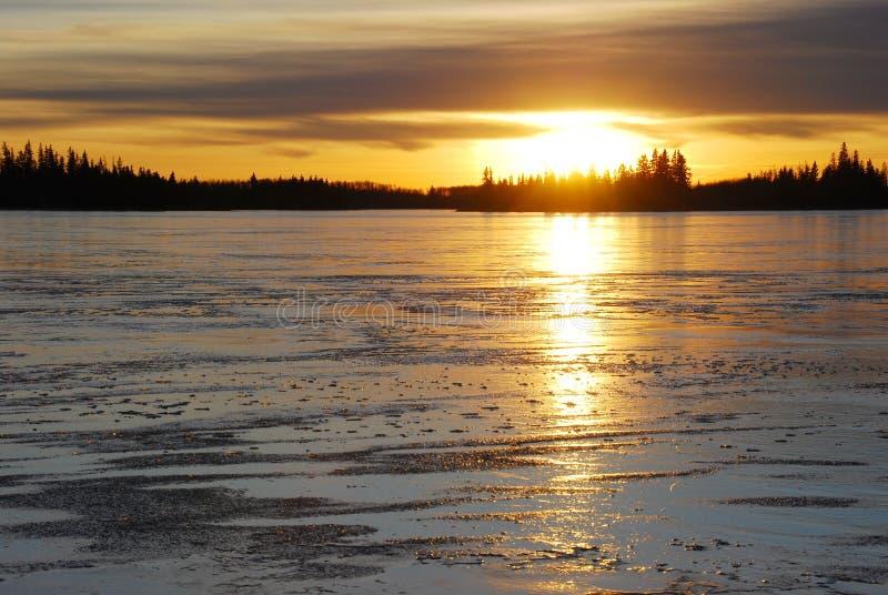 Tramonto sul lago del ghiaccio immagini stock libere da diritti