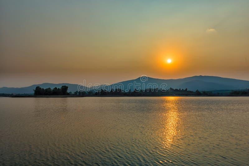 Tramonto sul lago della montagna in Chiang Rai, a nord della Tailandia fotografie stock