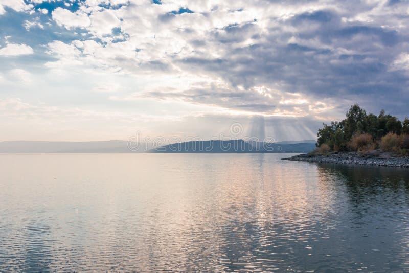 Tramonto sul lago Kinneret vicino alla città di Tiberiade in Israele fotografia stock libera da diritti