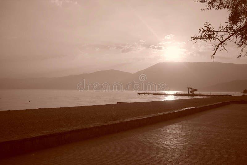 Tramonto sul lago Ocrida Albania fotografie stock libere da diritti