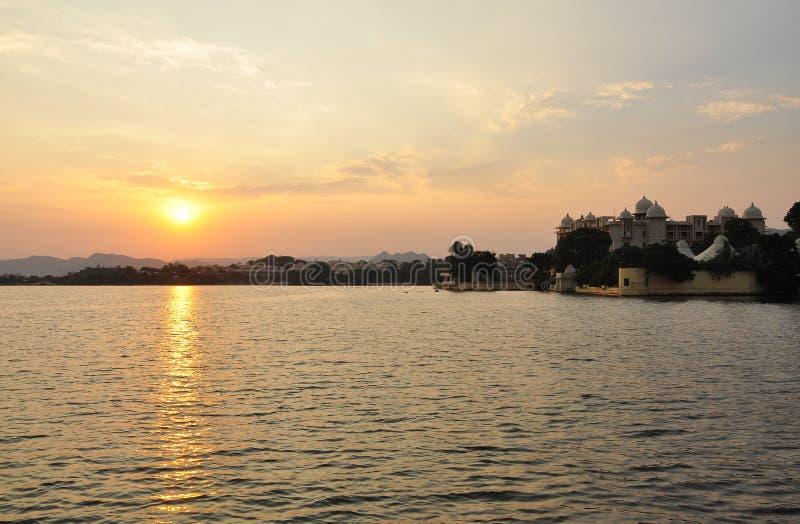 Tramonto sul lago Pichola, Udaipur, Ragiastan, India fotografia stock libera da diritti